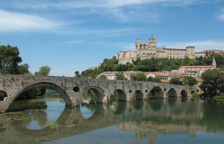 Zicht op Béziers over de rivier de Orb. Boven de stad torent de kathedraal St.Nazaire.